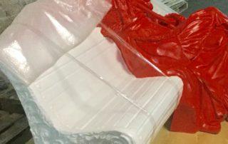 Процесс упаковки предмета искусства